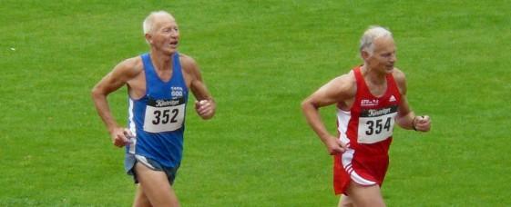 Jeweils zwei Bronzemedaillen bei Deutschen Seniorenmeisterschaften erringen dieses Jahr Hartmut Erdmann (vorn, 800 m und 3000m - Halle) und Raimund Krauße (Crosslauf, Berglauf)