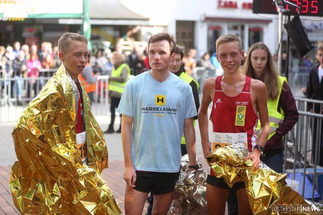 Das Erfolgstrio. Julian und Philipp Häßner konnten zusammen mit Marcel Krieghoff die Teamwertung im Halbmarathon gewinnen.