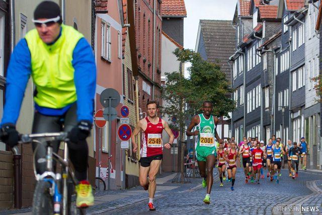 Kurz nach dem Start des Halbmarathons. Marcel Krieghoff führte von Beginn des Rennens das Läuferfeld an.