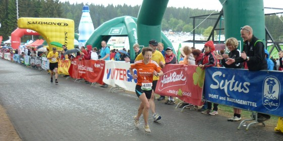 Bei einsetzendem Regen kommt mit Anja Jacob die Frauen-Marathon-Siegerin ins Ziel