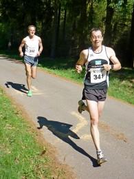 Markus Koch (vorn) und Stephan Bayer setzen sich schnell vom Läuferfeld ab
