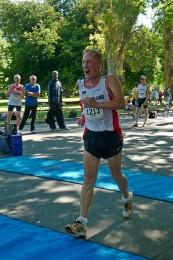 Klaus Gottert freut sich im Ziel beim 10 km Gehen