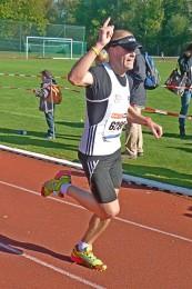 Phillip Willaschek beim Zieleinlauf nach 27 Kilometern