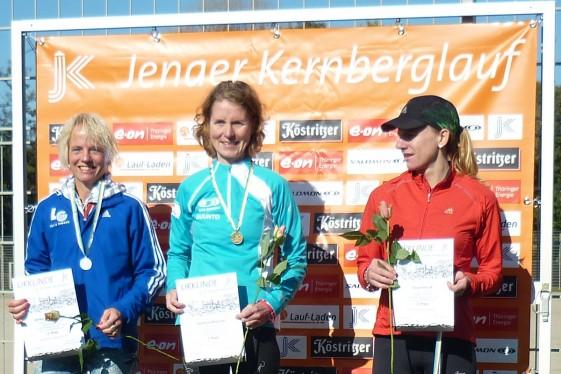 Ehrung der Frauen über 27 Kilometer, in der Mitte die strahlende Siegerin Stefanie Wiesmair