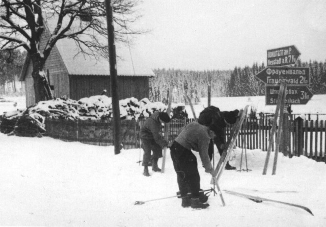 Rennsteig-Skiultra 1951  bei Allzunah (Im Hintergrund noch zweisprachige Straßenschilder)