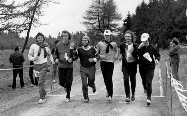 Die Studenten der HSG Uni Jena,  Zweitplatzierte der Mannschaftswertung,  beim Zieleinlauf im Rahmen der ersten Studentenwertung 1975 auf der langen Strecke (82 km, 92 Starter)