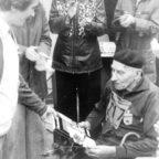 Gesamtleiter Heinrich Fricke (links) überreicht dem ältesten Teilnehmer 1978 und 1979, dem Jenaer Eduard Malcolm (Jg. 1895, 25km in 04:25:48) ein Ehrengeschenk.