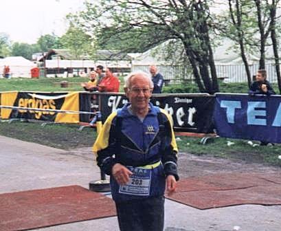 Werner Sonntag 2003 beim Rennsteiglauf im Ziel in Schmiedefeld