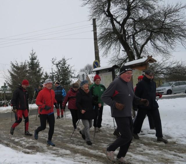 Als letzte gehen beim Cospedaer Silvesterlauf die Nordic-Walker auf die Strecke; hier 2014