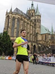 Marcel Knape beim Zieleinlauf auf dem Erfurter Domplatz
