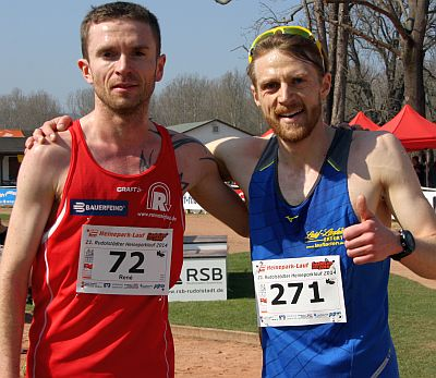 Christian Seiler (li.) gewinnt vor Marcus Schöfisch beim Heineparklauf