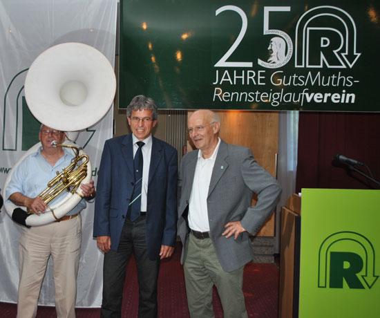 Vereinspräsident Jürgen Lange (Mitte) und ehmaliger Präsident hans-Georg Kremer