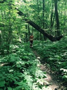 Vereinskamerad Adrian Panse auf der Verfolgung im dichten Wald.
