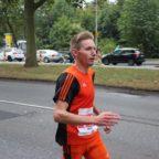 Adrian Panse vom USV Erfurt passiert Kilometer 25 beim Kassel Marathon.