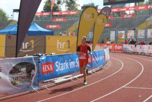 Adrian Panse biegt im Auestadion auf die Zielgerade.