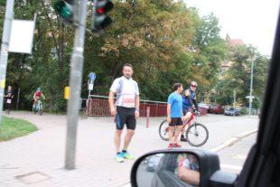 An roten Ampeln müssen die Läufer und Radfahrer anhalten. Auch deshalb sind keine Rekordzeiten möglich.