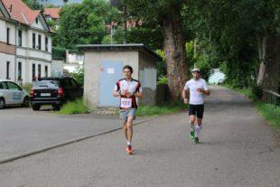 Kurz vor Tambach-Dietharz hatte der spätere 100-Kilometer-Sieger Sven Herder den lange Zeit führenden Martin Armenat eingeholt.