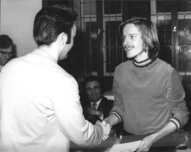 """Hans-Joachim Römhild bei der Auszeichnung als """"Sportlichster Student"""" im Jahre 1974"""