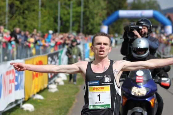 Christian Seiler mit fantastischer Streckenrekordzeit beim Zieleinlauf (Quelle: Foto-Voigt)