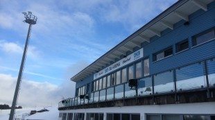 Blauer Himmel über der DKB-Arena in Oberhof