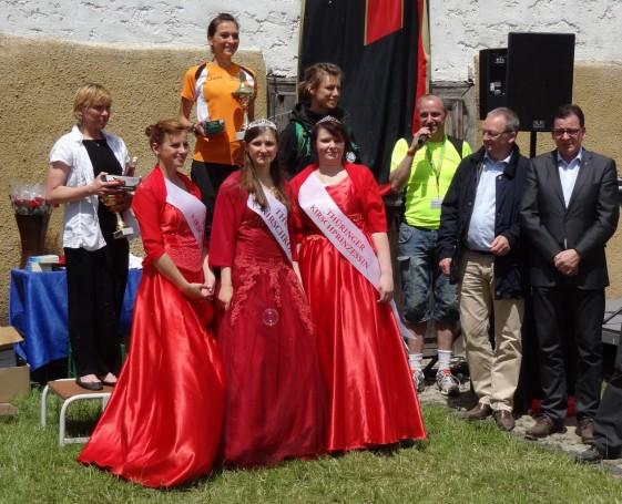 Siegerehrung bei den Frauen mit Kirschkönigin Laura I. (Mitte) und Kirschprinzessinnen Kristin und Justin
