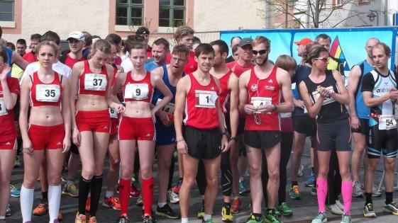 Die Schnellsten stehen schon am Start in der ersten Reihe. Stefan Hubert [1] Sieger 10 km (4.v.r),  Robin Schade [4] Zweiter 10 km (3.v.r), Juliane Heinze [24] Siegerin 10 km (2.v.r.)