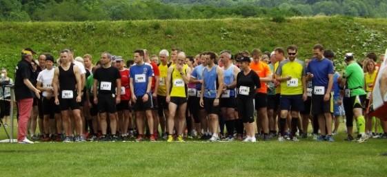 Starterfeld 16 Kilometer: in der Mitte in gelb der Sieger Michael Müller, links in blau Tobias Kellner