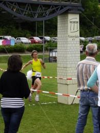 Claudia Schulze beim Zieleinlauf durch das Viadukt