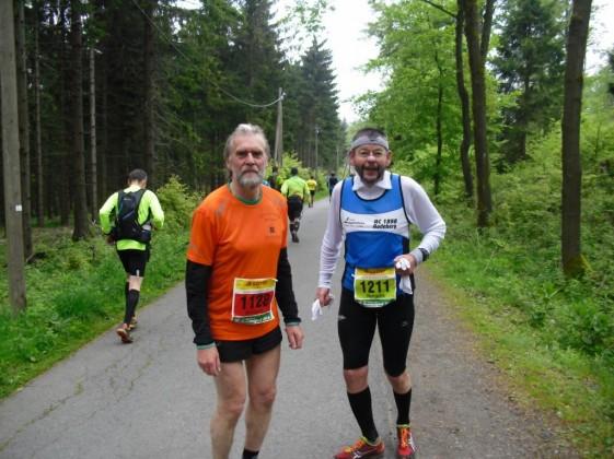 Der gebürtige Jenenser Wolfgang Nadler (links) 2014 bei seinem 40. Rennsteiglauf.