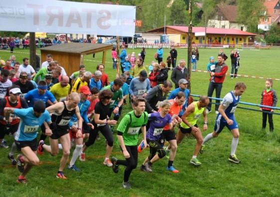 Das Läuferfeld wird für die Hauptläufe auf die Strecke geschickt.