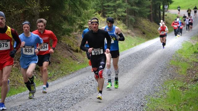 Im unteren Teil der Strecke ahnen die Läufer noch nicht, dass sie auf dem Pleß von Schneefall erwartet werden. Mit Startnummer 997 der spätere Gesamtsieger Thomas Bing.