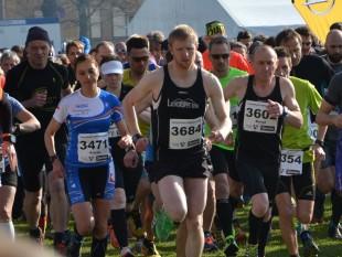 Am Start zum Halbmarathon die späteren Sieger noch nebeneinander: Kristin Hempel (3471) und Frank Wagner (3684)