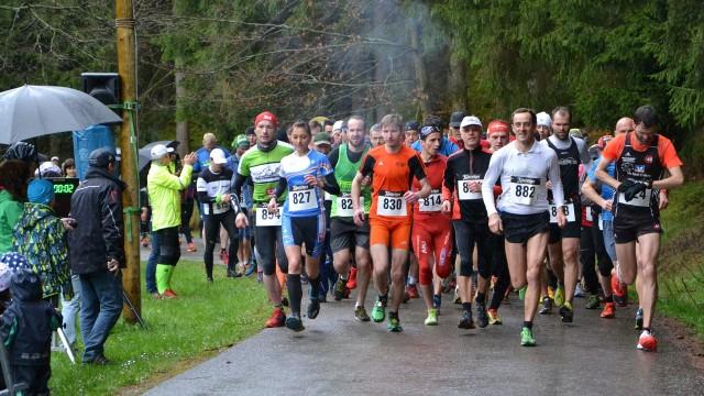 Kristin Hempel (827) bereits beim Start zum Halbmarathon ganz vorn dabei
