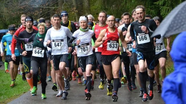 Start über 10 Kilometer mit den Favoriten Nicole Kruhme (707) und Michael Herr (666)