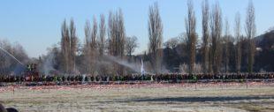 Gleich nach dem Start gibt es erstmals Bodenkontakt. Die Feuerwehr sorgt für zusätzliche Abkühlung.