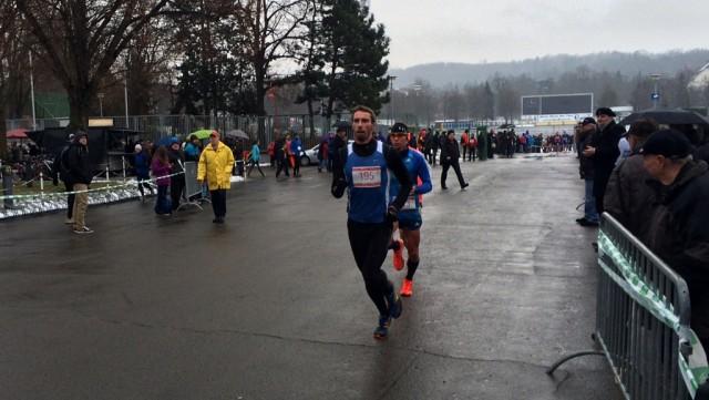 Sebastian Keiner führt das Feld über 4 Kilometer an