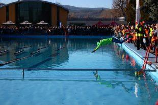 Sieger Hagen Brosius durchtaucht das Becken in einem Zug.