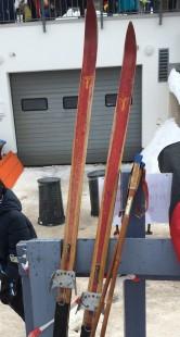 Selbst diese historischen Ski waren beim Klassiker im Einsatz