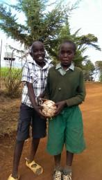 Kinder mit selbstgebautem Fußball