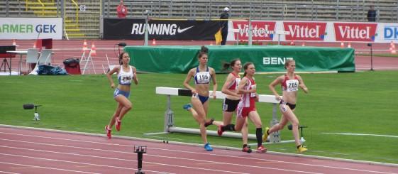 Astrid Hartenstein (2. v.r.) im Vorlauf über die 1.500m