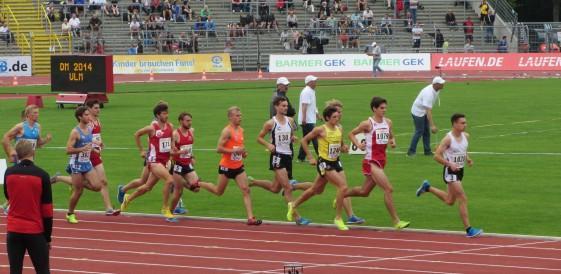 Phillip Reinhardt (1020) führt das Feld im 3.000m Hindernislauf an