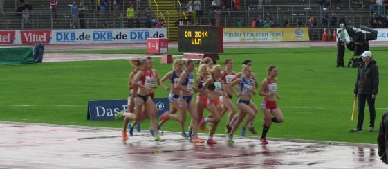 Astrid Hartenstein führt den Finallauf über 1.500m an