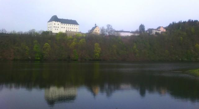 Beim Bleilochlauf ergeben sich stets neue Blickwinkel auf das Schloss Burgk.