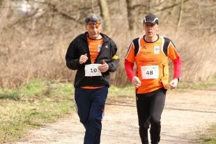 Der Sehbehinderte Klaus Müller (10) vom LAV Saale-Rennsteig erreicht mit seinem Begleiter Frank Thomas nach 1:11:06 Stunden das Ziel.