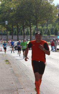 Zwischenzeitlich kam auch mal die Sonne raus. Laufszene-Autor Jens Panse gut gelaunt bei Kilometer 25.