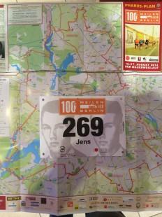 Startnummer mit dem Bild von Peter Fechter und Laufstrecke beim 100 Meilenlauf von Berlin