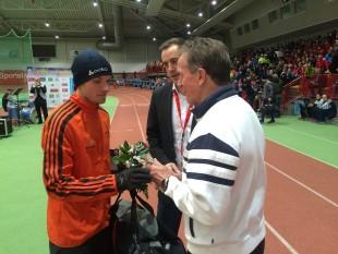 4-Kilometer-Sieger Marcel Krieghoff nahm die Glückwünsche von Dieter Fromm entgegen.