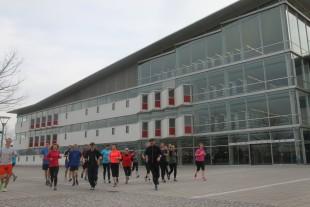 Die Laufgruppe des USV Erfurt beim Training vor der Unibibliothek.