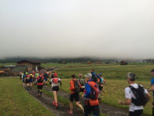 Das Läuferfeld kurz nach dem Start in Ehrwald