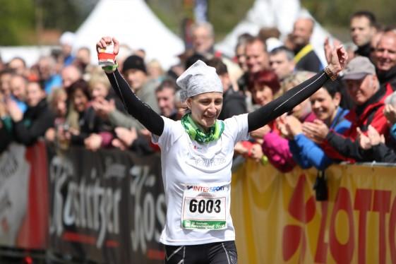 Marathonsiegerin Nicole Kruhme läuft dem Ziel entgegen (Foto: Foto-Voigt)